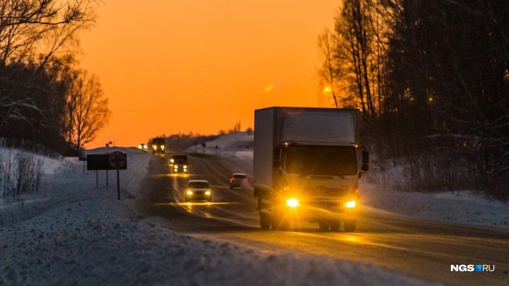 Замерзшие в Сибири. Смотрим, как в 30-градусные морозы на трассе под Новосибирском отогревают водителей