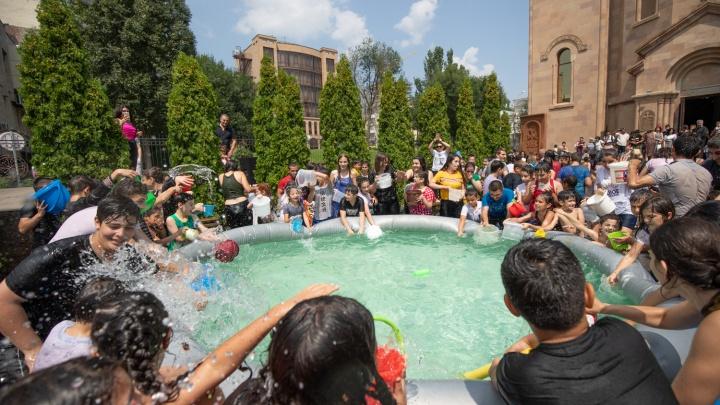 Церковная служба, концерт и обливания водой: в Ростове отпраздновали Вардавар