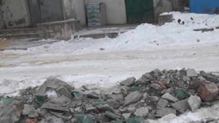 «Я услышала крик и босиком побежала на улицу»: в Урюпинске школьница упала в сугроб со стеклом