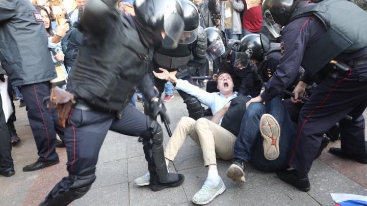Валили на землю и били дубинками: 800 человек задержали в Москве на акции за честные выборы