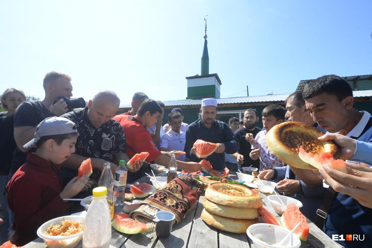 После молитвы в мечети «Нур-Усман» в Екатеринбурге