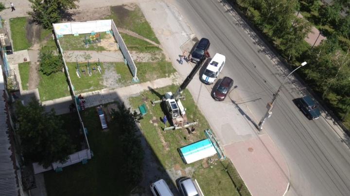 Жители дома на Красном проспекте пожаловались в полицию на украденный забор