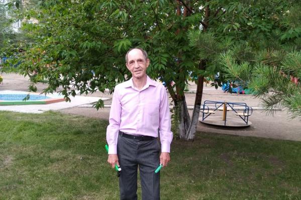 Алексей Шишкин занимается благоустройством территории детского сада