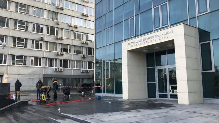 На входе в здание Заксобрания края монтируют крыльцо с подогревом за 6 миллионов