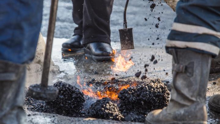 «За качество никто не ручается»: дорожники с лопатами начали сыпать в лужи чёрную крошку