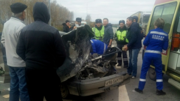 «Металлолом зажал водителя»: грузовик устроил серьёзное ДТП при развороте на трассе под Челябинском