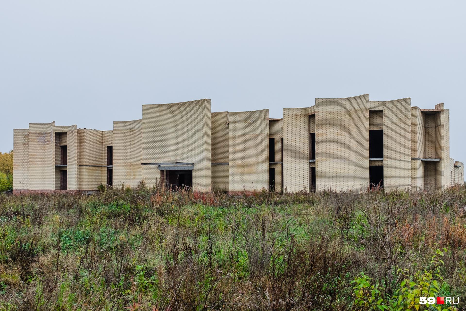 В здании самого крематория, в отличие от административного корпуса, нет ни окон, ни дверей, ни внутренней отделки