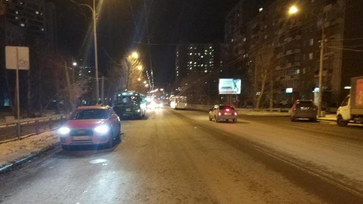 Кондуктор троллейбуса попала в больницу после ДТП с Audi Q3 на Белинского