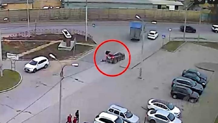 В Волгограде ребенок выпал на дорогу из салона кроссовера