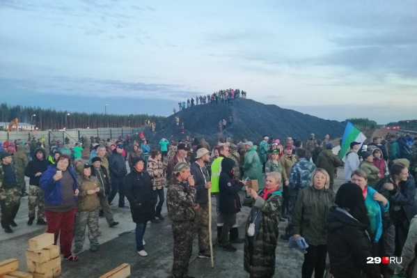 На Шиес приехало несколько сотен человек. Здесь люди со всей России