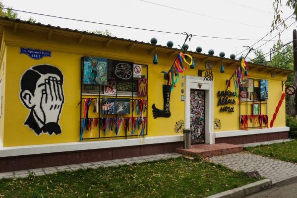 Яркий фасад галереи чем-то не угодил чиновникам. Однако они очень быстро отказались от своих претензий