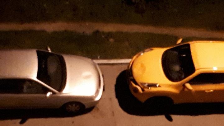 В Зареке хулиганы потоптались по двум автомобилям, припаркованным во дворе