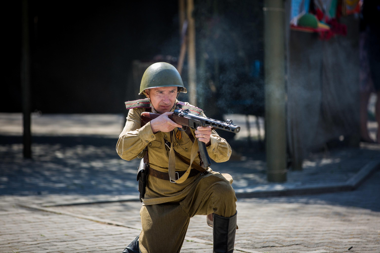В конце реконструкции прозвучал голос диктора Юрия Левитана, оповестивший зрителей об окончании войны