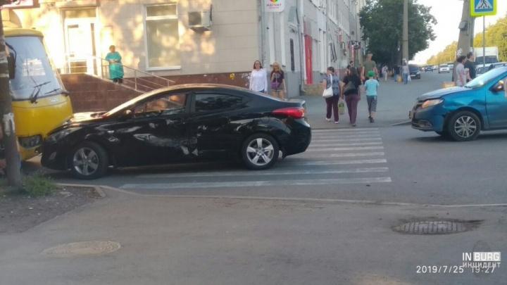 На УралмашеRenault врезался вHyundai, от удара автомобиль отбросило на пешехода и автобус