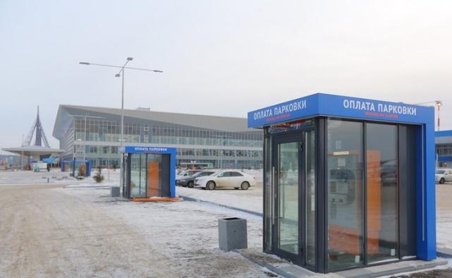 «Стояли 40 минут»: красноярец застрял на парковке у аэропорта и снял эмоциональное видео