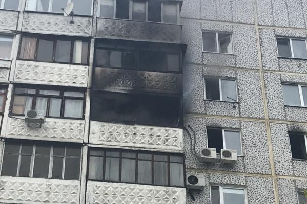 Очевидцы рассказали, что пока огонь полыхал в квартире, ребенок сидел на выносном блоке кондиционера