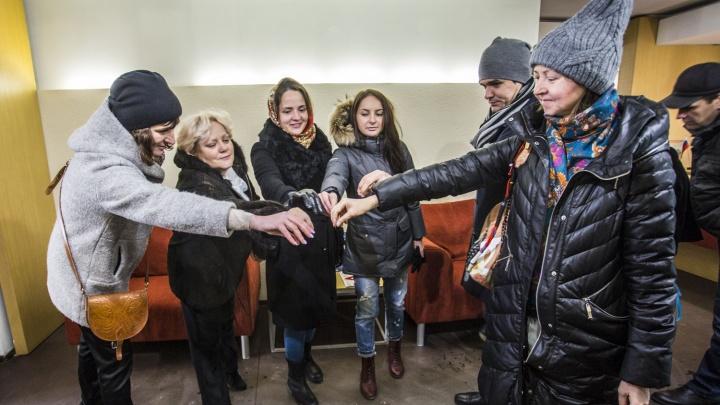 Видео: новосибирские дольщики устроили флешмоб с невидимыми ключами от квартир на Дуси Ковальчук