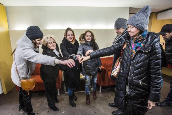 Дольщики «Нарымского квартала» устроили акцию в офисе застройщика на улице Галущака