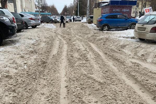 Посередине улицы проходит граница между Советским и Кировским районами