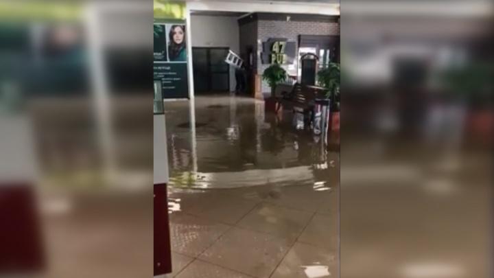 Льется с потолка: в торговом центре «Аврора» произошел потоп