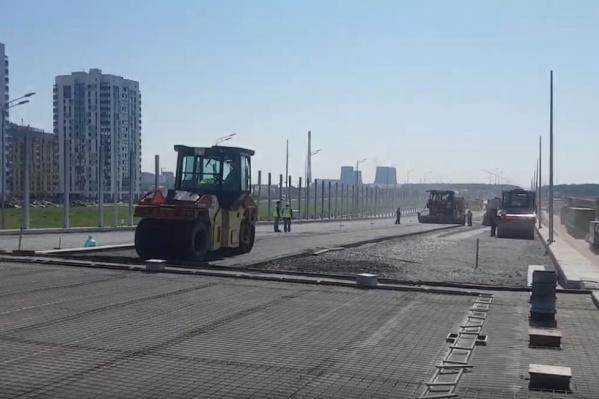 Дорожники асфальтируют подъезды и готовят эстакаду к заливке бетоном