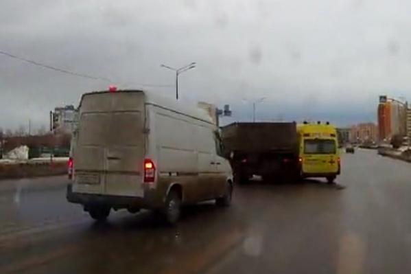 В аварии пострадали три машины, но обошлось без травм