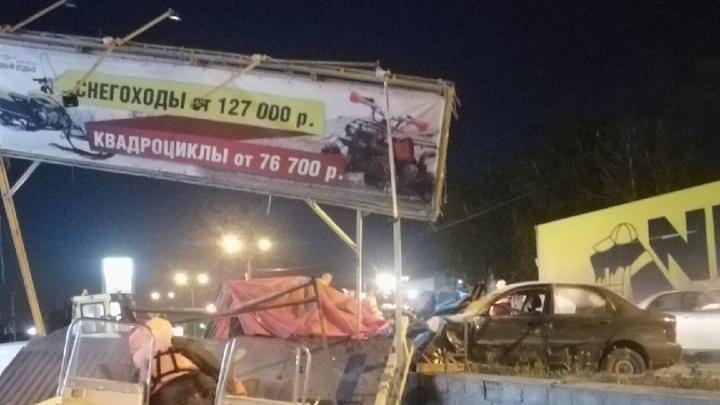Chevrolet врезался в рекламный щит недалеко от Матвеевки