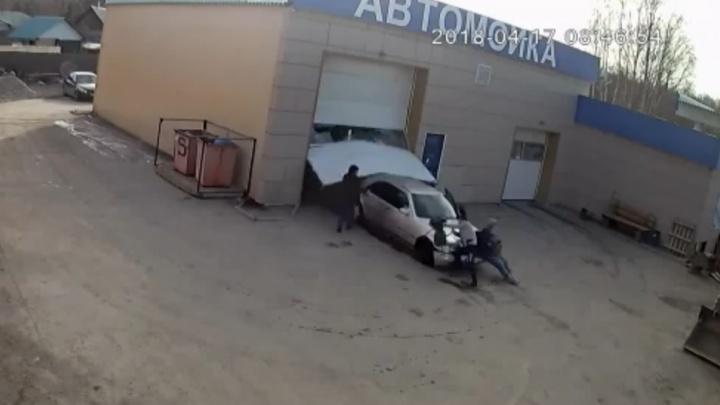 Камера сняла, как в Берёзовском автомойщик сбил на чужом Mercedesдвух женщин