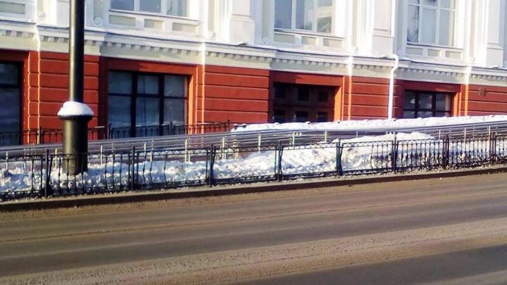 Водитель иномарки повредил ограждение на Любинском. Дорожники хотят восстановить забор за его счёт
