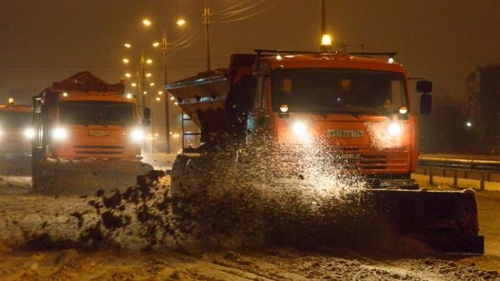 «На круглосуточном дежурстве»: гололед не дает расслабиться дорожникам и коммунальщикам Волгограда