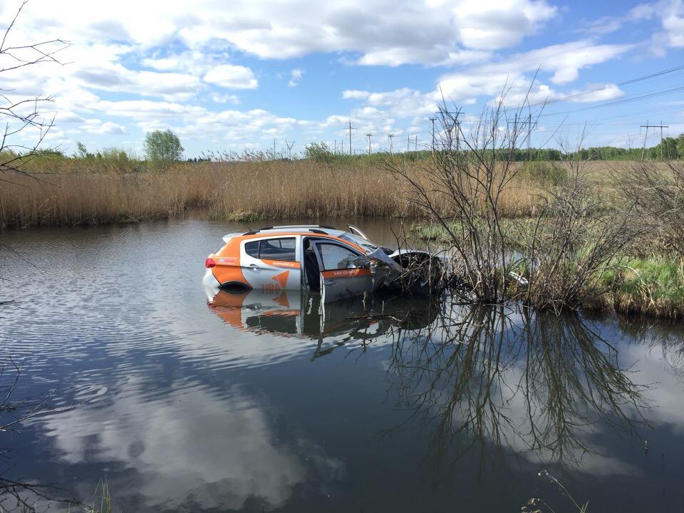 Плавающий в речке разбитый каршеринговый автомобиль заметил молодой человек, отправившийся на пробежку