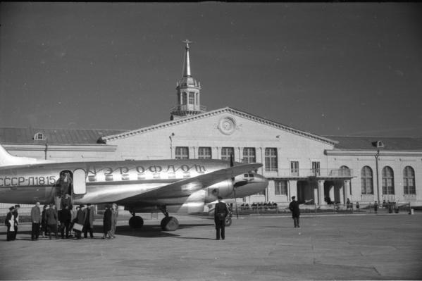 Самолет Ил-12 перед зданием аэровокзала Кольцово, 1950–1960-е годы