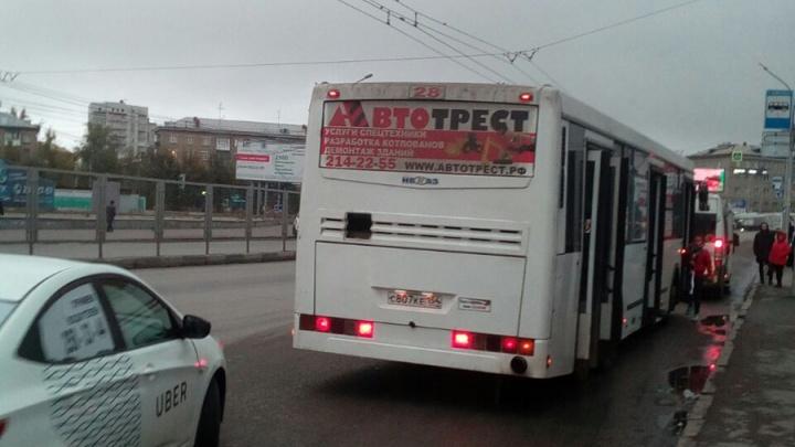 Хромала и плакала: полный автобус прокатил сибирячку с зажатой дверями ногой