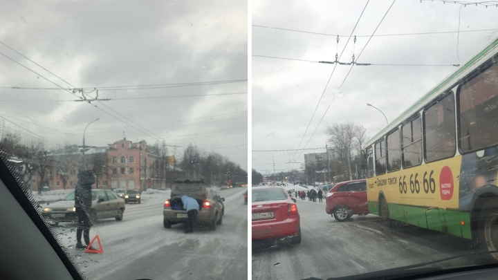 Ледяная ловушка: в Ярославле на скользких дорогах бьются машины. Хроника