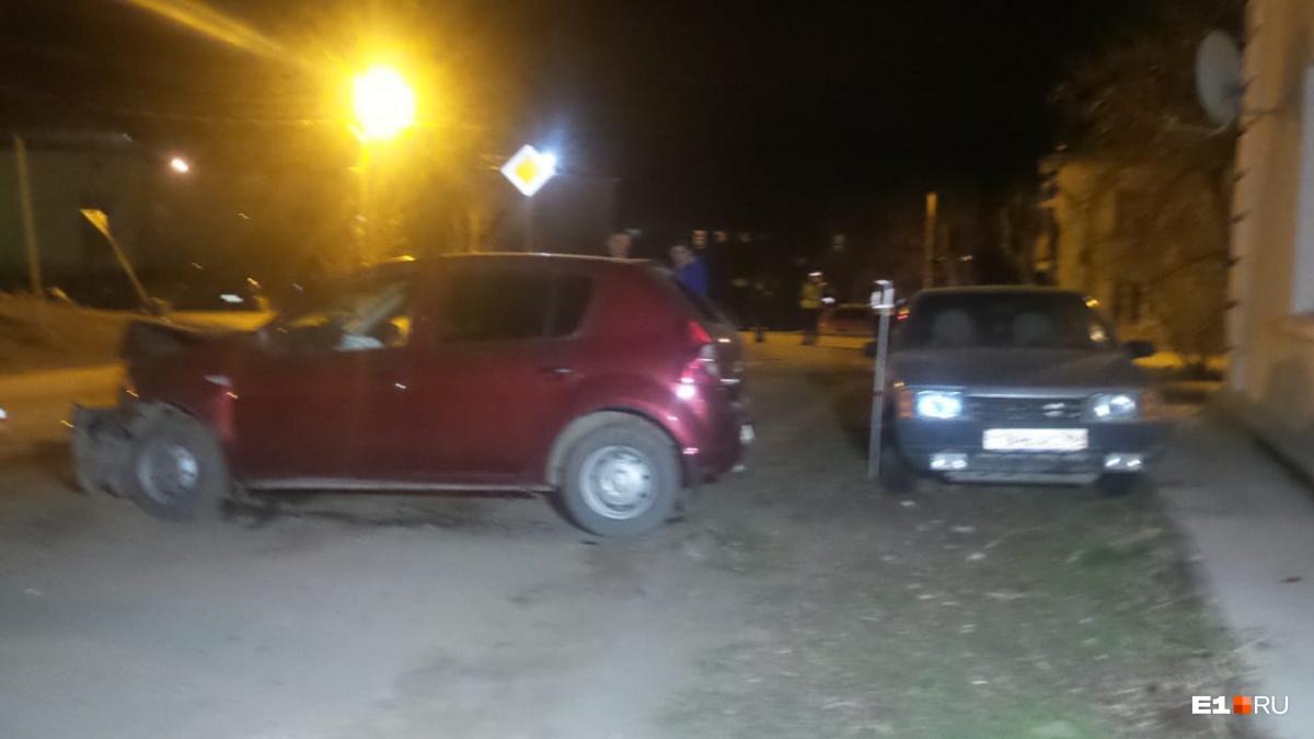 Renault после столкновения отбросило на ВАЗ-21099