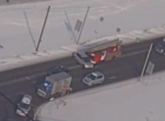 Пожарная машина протаранила легковушку после нелепого маневра