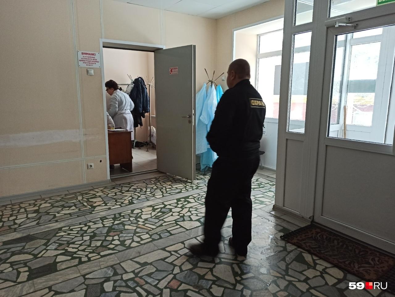 В ожоговый центр доставили трех человек из отеля «Карамель»