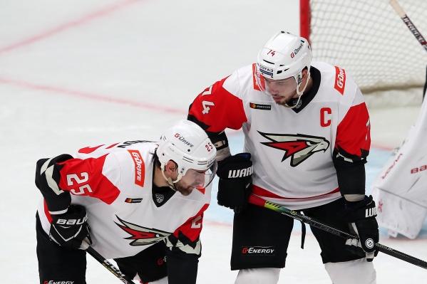 «Ну что, брат, где твои миллионы?» — спрашивает Алексей Емелин у нападающего Павла Дедунова, который не попал в список самых высокооплачиваемых хоккеистов КХЛ