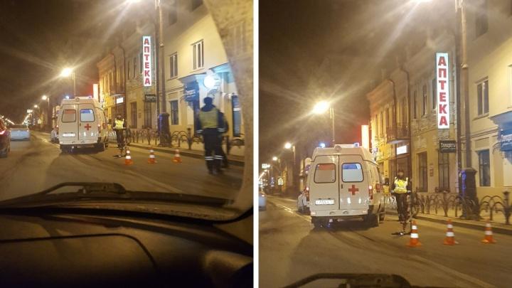 Водитель-новичок на Mercedes сбил велосипедиста в центре Тюмени. Мужчину увезли в больницу