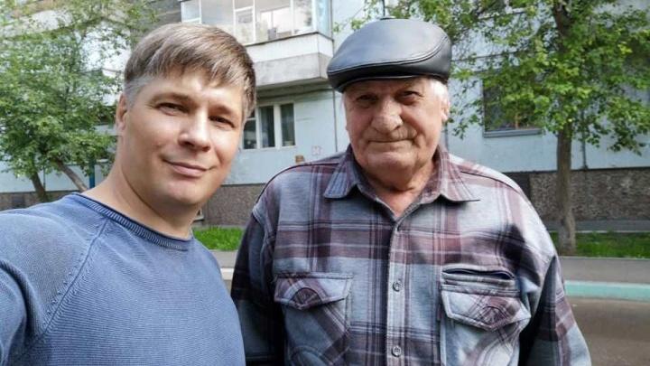 Пенсионер из Черемушек торгует книгами на улице, чтобы напечатать свои новые произведения