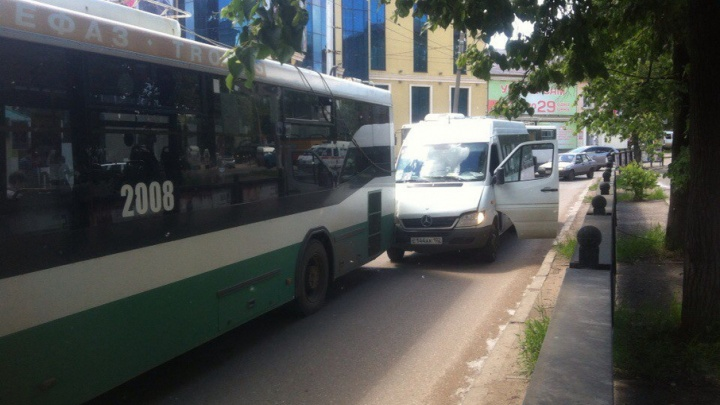 В Уфе водитель маршрутки столкнулся с троллейбусом, есть пострадавший