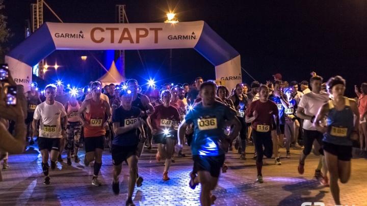 По набережной с фонариками: в Самаре прошёл ночной легкоатлетический забег