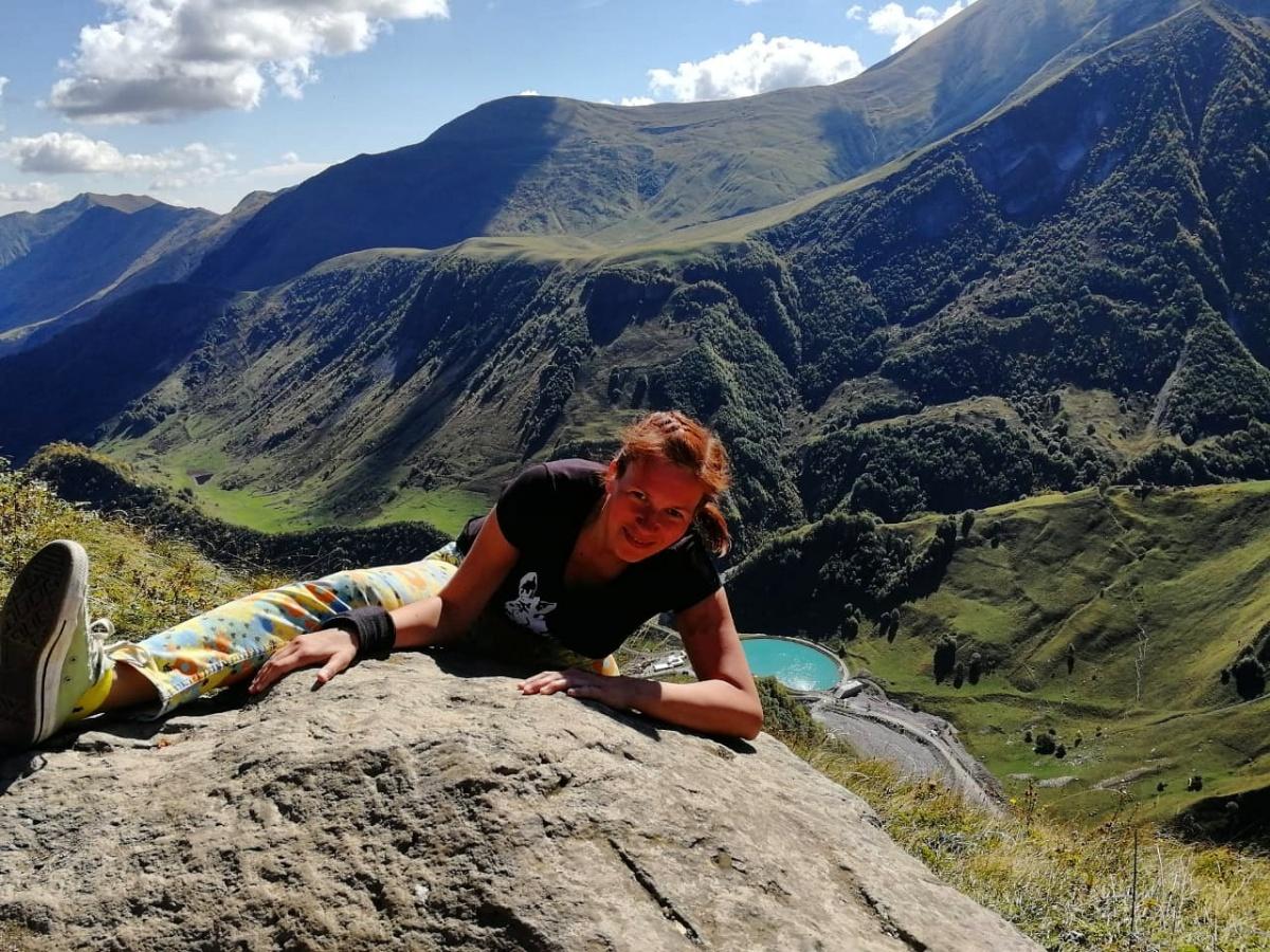 Лена любила ходить в горы, но всегда делала это в группе