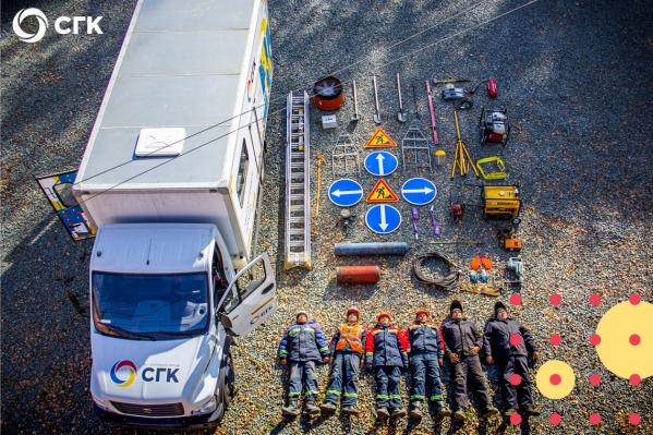 Работники составили прямоугольник из 6 сотрудников, машины, лестницы, дорожных знаков и других предметов, связанных с компанией