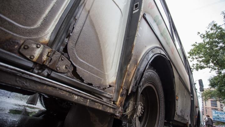 Ржавые, грязные и с фанерой: смотрим, как не вывозит челябинский транспорт