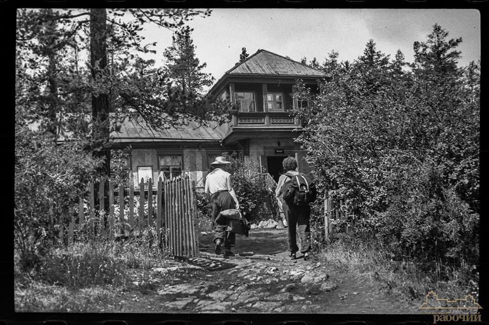 У входа в музей Ильменского заповедника. 1957 год
