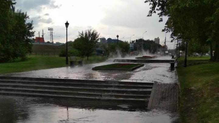 Аллею около памятника Александру III затопило кипятком и окутало паром