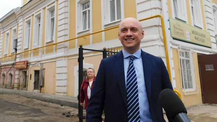 Задержали с деньгами в руках: в Ярославле в момент взятки арестовали чиновника