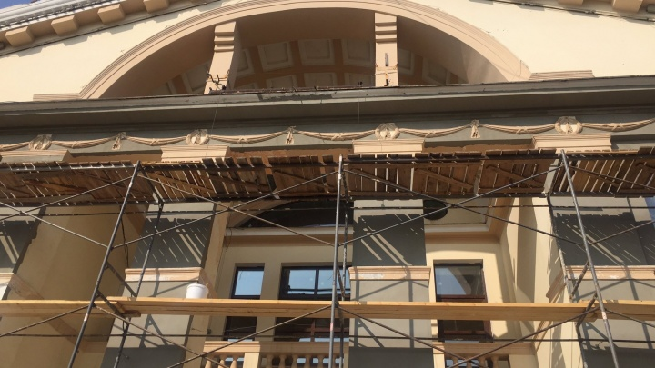 Вернут цвет: в ДК «Октябрь» на Мехзаводе восстановят изумрудные колонны и коричневые стены