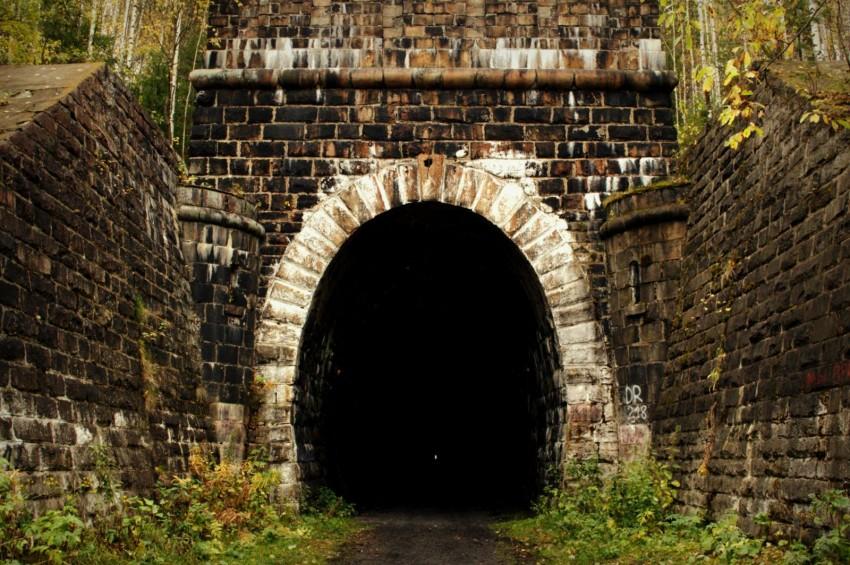 Железнодорожный тоннельоколо полузаброшенной деревни Дидино